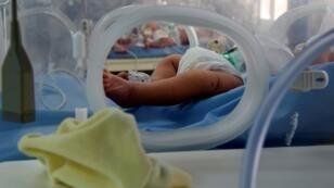 Un nourisson dans une couveuse de la maternité de l'hôpital de Rabta à Tunis, en Tunisie, le 11 mars 2019