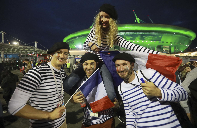Con la típica boina y la camisa marinera, los franceses se tomaron fotos con el estadio de San Petersburgo de fondo.