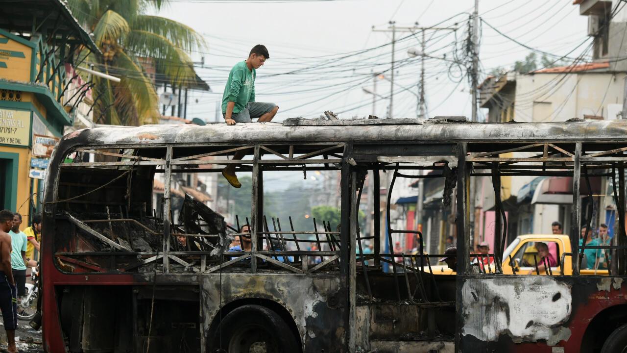 Deux bus transportant de l'aide humanitaire ont pris feu samedi lors de la tentative de passage de la frontière entre la Colombie et le Venezuela.