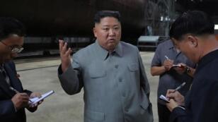 Fotografía sin fecha publicada por la Agencia Central de Noticias de Corea del Norte (KCNA) el 23 de julio de 2019 muestra al líder norcoreano Kim Jong Un inspeccionando un submarino en construcción en un lugar no revelado.