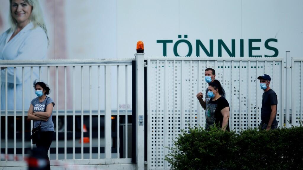 Varios empleados de la fabrica de procesamiento de productos cárnicos Tonnies aparecen con mascarillas. Esta fábrica ha sido uno de los principales focos del país durante las últimas semanas. En Rheda-Wiedenbrueck, Alemania, el 20 de junio de 2020.