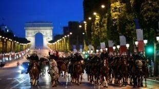 وحدة من الحرس الجمهوري الفرنسي بجادة الشانزليزيه في 10 تموز/يوليو 2017 خلال التدريبات.