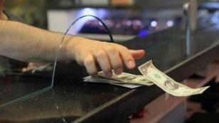 عميل يتسلم دولارات في مركز لصرف العملات في أنقرة في 25 أيار/مايو 2018