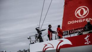 Le voilier chinois Dongfeng, skippé par le Français Charles Caudrelier (c), remporte la dernière Volvo Ocean Race à son arrivée à La Haye, le 24 juin 2018