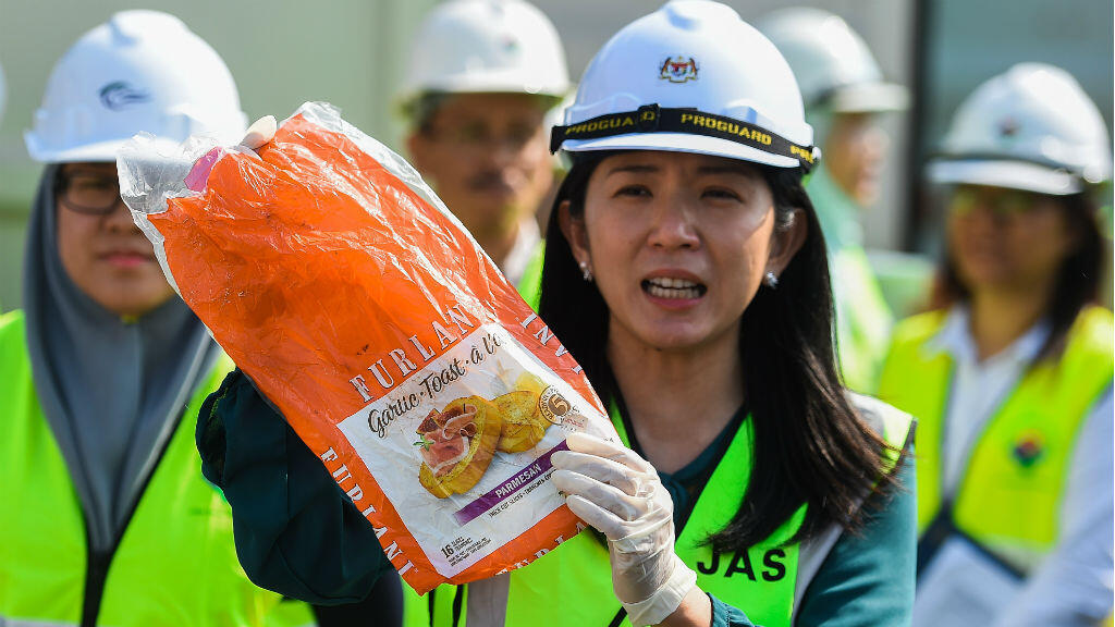 El Ministra de Energía, Ciencia, Tecnología, Medio Ambiente y Cambio Climático de Malasia, Yeo Bee Yin, muestra un residuo plástico antes de enviarlo de vuelta al país de origen en Port Klang, al oeste de Kuala Lumpur el 28 de mayo 2019.