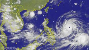 Imágen satelital del tifón Mangkhut aproximándose a las costas de Filipinas, el 12 de septiembre de 2018.