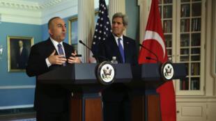 Le ministre turc des Affaires étrangères Mevlut Cavusoglu et le secrétaire d'État américain John Kerry se sont entretenus à Washington, le 21 avril 2015.