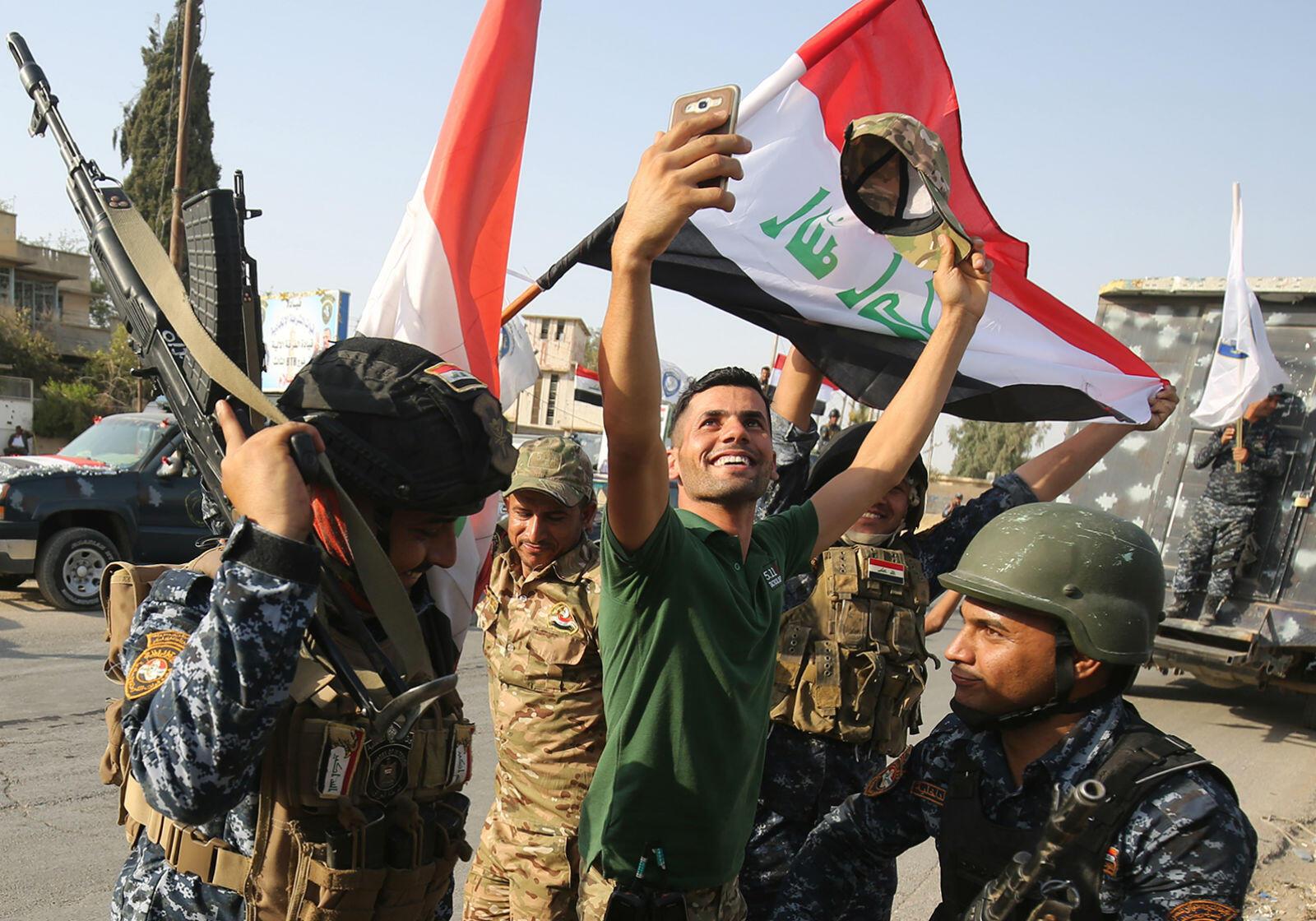 Des habitants de Mossoul ont fêté la victoire de l'armée irakienne contre les jihadistes de l'organisation de l'État islamique, le 9 juillet 2017.