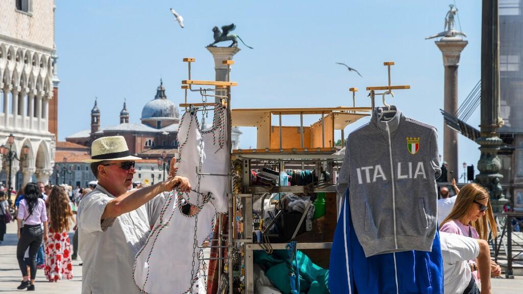 Un vendedor expone sus productos para los turistas en la plaza San Marco de Venecia, Italia, en una foto del 12 de junio de 2020.