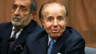 El ex presidente de Argentina Carlos Menem observa en una sala de la corte, el 28 de febrero de 2019, antes de escuchar el veredicto del juicio, tras ser acusado de presuntamente encubrir el atentado de 1994 de la AMIA, en Buenos Aires, Argentina, ocurrido el 18 de julio de 1994.