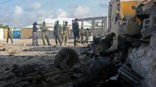 جنود صوماليون في موقع هجوم لحركة الشباب في مقديشو 21 حزيران/يونيو 2015