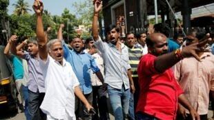 هندوس متشددون يتظاهرون احتجاجا على دخول امرأتين لمعبد هندوسي جنوب الهند
