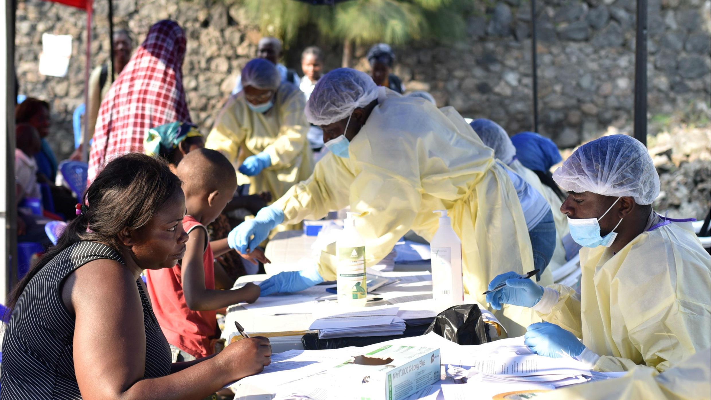 Los trabajadores de salud congoleños recopilan datos antes de administrar vacunas contra el ébola a civiles en el Centro de Salud Himbi en Goma, República Democrática del Congo, 17 de julio de 2019.