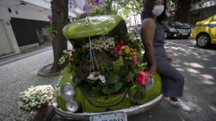 La florista carioca Roberta Machado, de 51 años, posa con su Escarabajo Volkswagen  de 1969, que transformó en un jardín rodante, el 14 de octubre de 2020