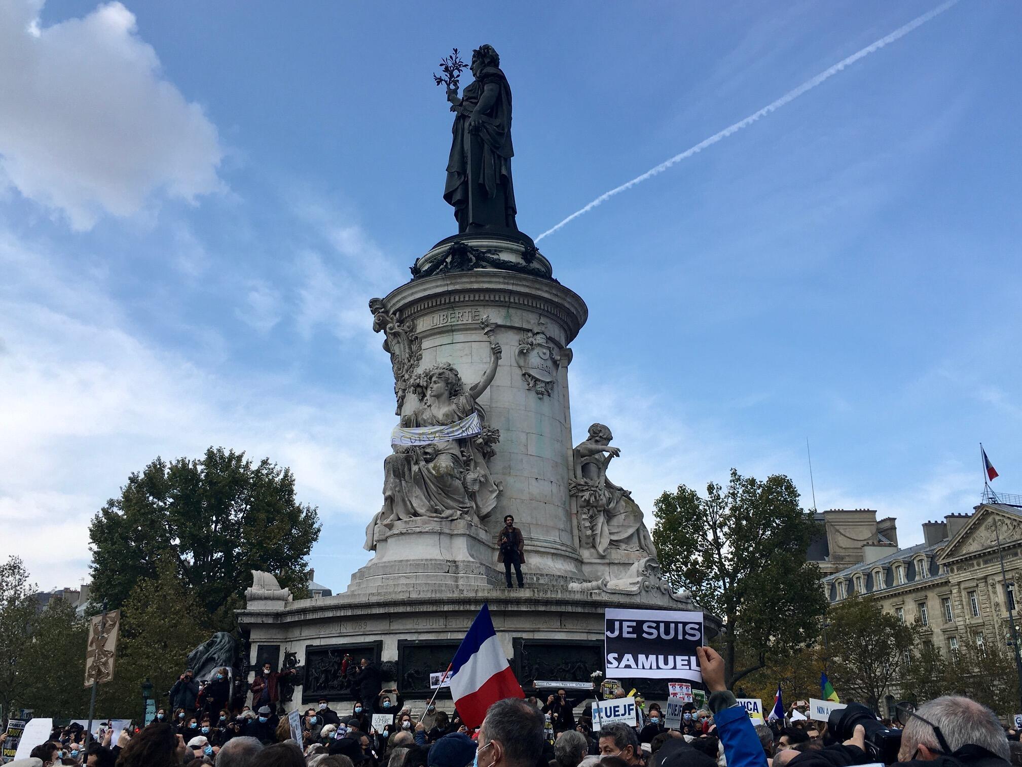 """Une pancarte lisant """"Je suis Samuel"""" (Je suis Samuel) Place de la République à Paris."""