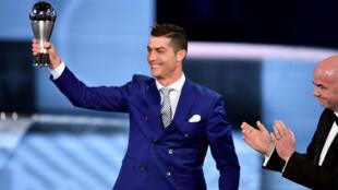 رونالدو يحتفل بتتويجه أفضل لاعب لعام 2016 في زوريخ الاثنين 9 ك2/يناير 2017