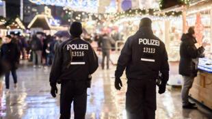 Une patrouille de police sur un marché de Noël de Berlin le 22 décembre.
