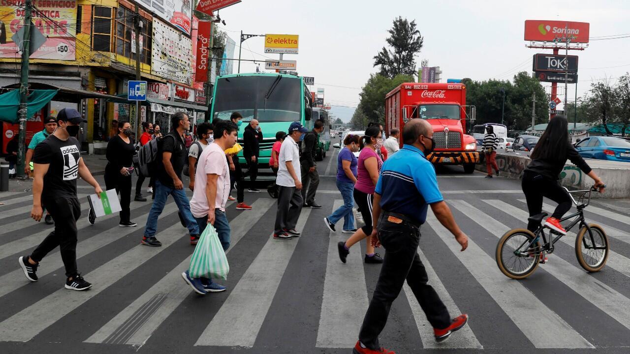 Un grupo de personas cruza una calle, en Ciudad de México, México, el 27 de mayo de 2020.