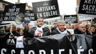 Les patrons étaient, lundi 1er décembre, 6 000 à défiler à Paris selon les organisateurs, 1 000 selon la police.
