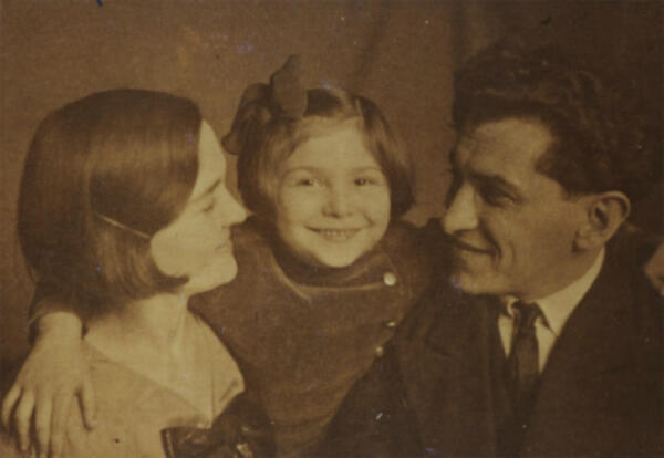 Sarah Lichtsztejn-Montard as a child with her parents