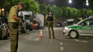 Un policier, en juillet 2016, sur les lieux d'un attentat devant un restaurant à Ansbach.
