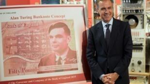 Le gouveneur de la Banque d'Angleterre, Mark Carney, à côté du portrait du mathématicien anglais Alan Turing qui ornera le verso des futurs billets de 50 livres, le 15 juillet 2019 au Musée des Sciences et de l'Industrie à Manchester