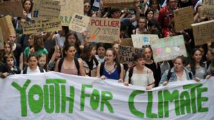 Archivo: Jóvenes manifestantes, el 24 de mayo de 2019, en Estrasburgo, le piden a la clase política que actúe contra el calentamiento global.