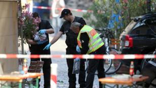 La police scientifique allemande, lundi 25 juillet 2016, sur la scène de crime à Ansbach, où un réfugié syrien s'est fait exploser le 24 juillet dans la soirée.