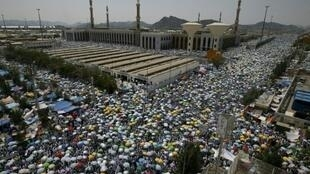 حجاج يتجمعون في محيط مسجد نمرة لأداء الصلاة في مكة في 11 أيلول/سبتمبر 2016