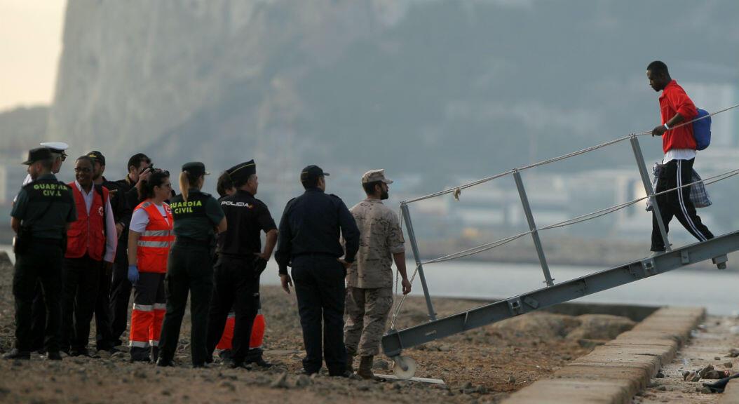 Un migrante abandona el buque militar español 'Audaz', y desembarca en un puerto en San Roque, cerca de Algeciras, España, el 30 de agosto. 2019.