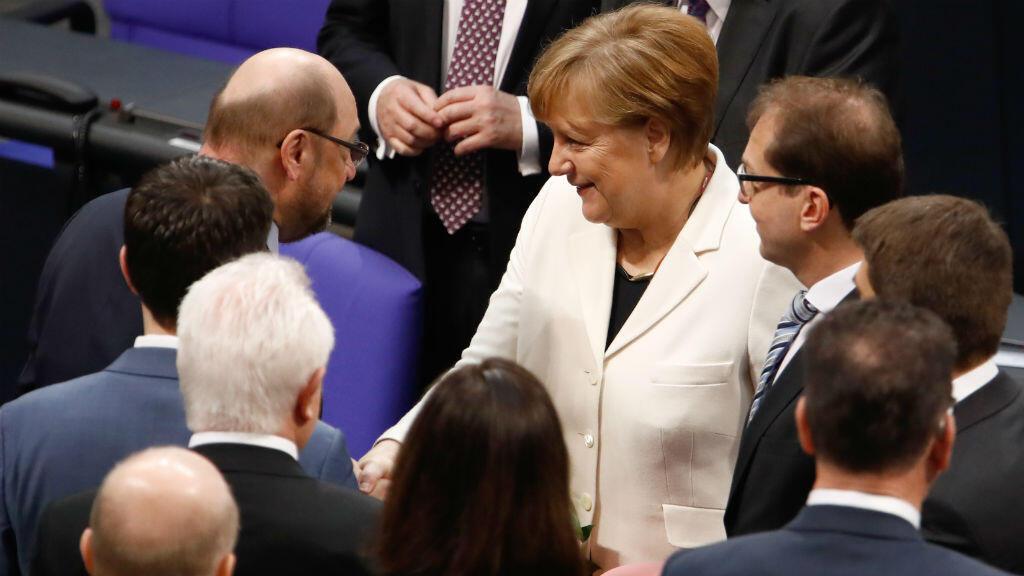المستشارة الألمانية أنغيلا ميركل تتلقى التهاني من الزعيم الاشتراكي السابق مارتن شولتز بعد إعادة انتخابها كمستشارة 14 آذار/مارس 2018