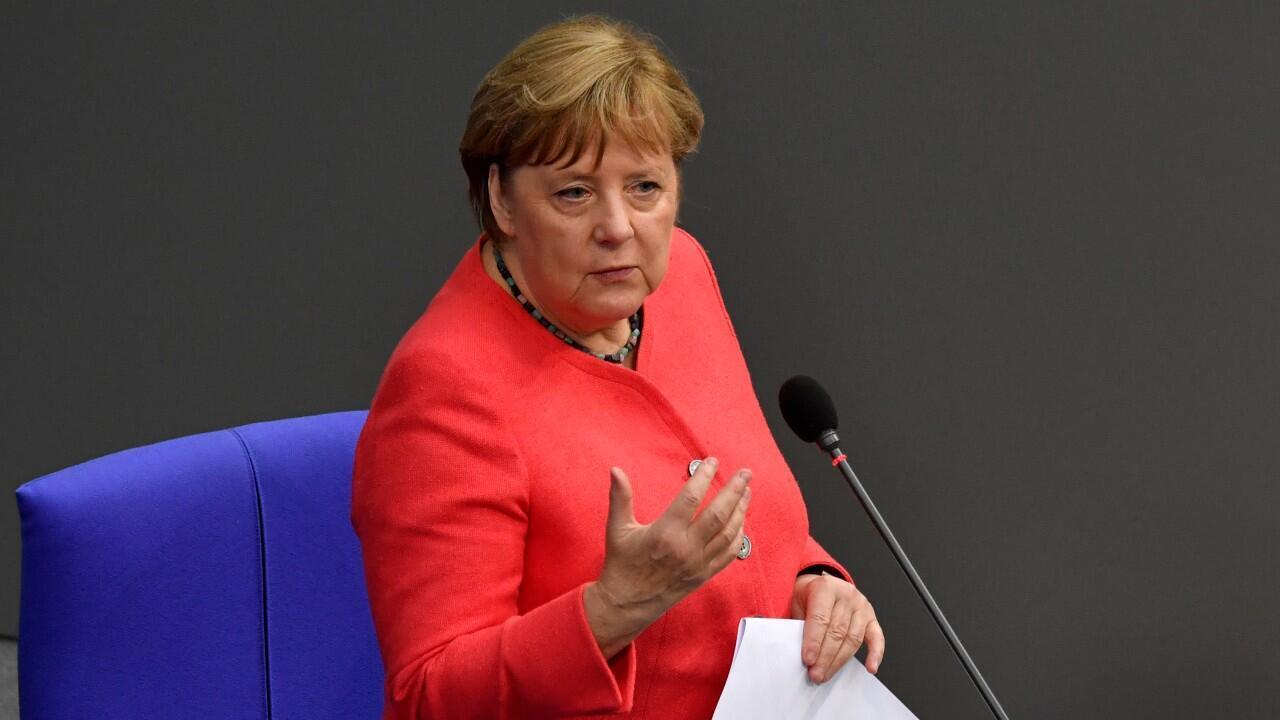 La canciller alemana Angela Merkel habla ante el Bundestag, la Cámara Baja del Parlamento, luego de que su país recibiera la presidencia pro tempore de la Unión Europea, en Berlín, Alemania, el 1 de julio de 2020.