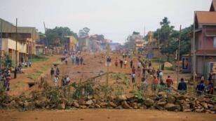 Imagen de archivo. Unos manifestantes bloquean una carretera durante protestas. Beni, República Democrática del Congo, el 28 de diciembre de 2018.