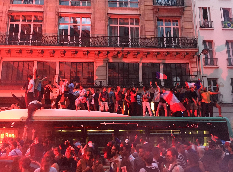 Aficionados franceses subieron a un bus en la calle Montmartre en París durante la celebración.