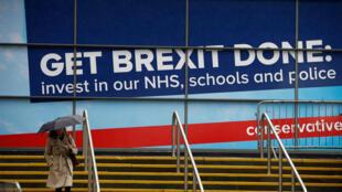 Un cartel pro Brexit cuelga a las afueras del lugar donde se celebra el congreso anual del Partido Conservador en Mánchester, Reino Unido, el 28 de septiembre de 2019.