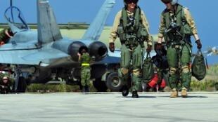 Un chasseur américain F-18 sur le tarmac d'une base aérienne du sud de l'Italie le 24 mars 2011, lors de l'opération militaire conduite sous l'égide de l'ONU en Libye.
