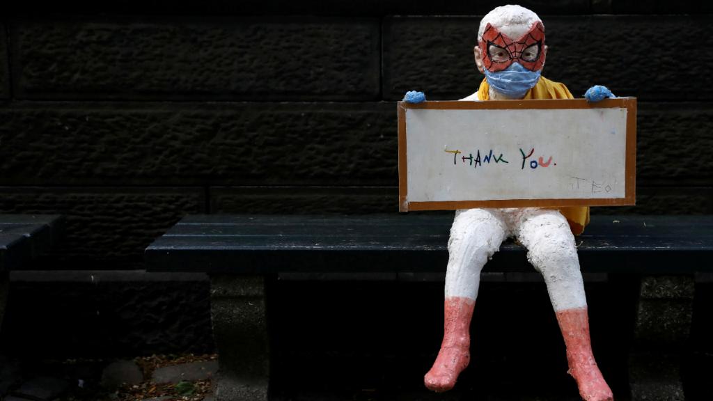 Un pequeño Spiderman se muestra agradecido al trabajo de los sanitarios en Nueva York.