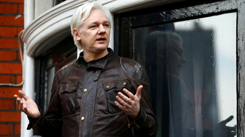 Foto de archivo. Julian Assange en el balcón de la Embajada Ecuatoriana en Londres. 19 de mayo de 2017..