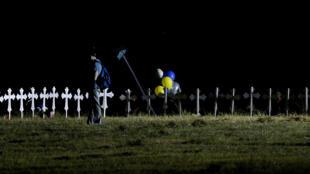Un hombre observa las cruces, ubicadas cerca al memorial por las víctimas asesinadas en el tiroteo de la iglesia primera Baptista de Sutherland, Texas. Noviembre 6 de 2007