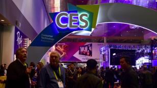 Les visiteurs parcourent les couloirs lors de la troisième journée du Consumer Electronic Show (CES) 2017 à Las Vegas.