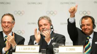 El expresidente del Comité Olímpico de Brasil 2016, Carlos Nuzman, el expresidente de Brasil, Luiz Inácio Lula da Silva, y el exgobernador del estado de Río de Janeiro, Sergio Cabral, durante la firma del contrato de la ciudad anfitriona para los Juegos Olímpicos 2016, en Copenhague, el 2 de octubre de 2009. Los tres hombres se encuentran ahora tras las rejas.