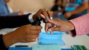 Una persona emite su voto en una mesa electoral de San Pedro Sacatepéquez, Guatemala, el 16 de junio de 2019.