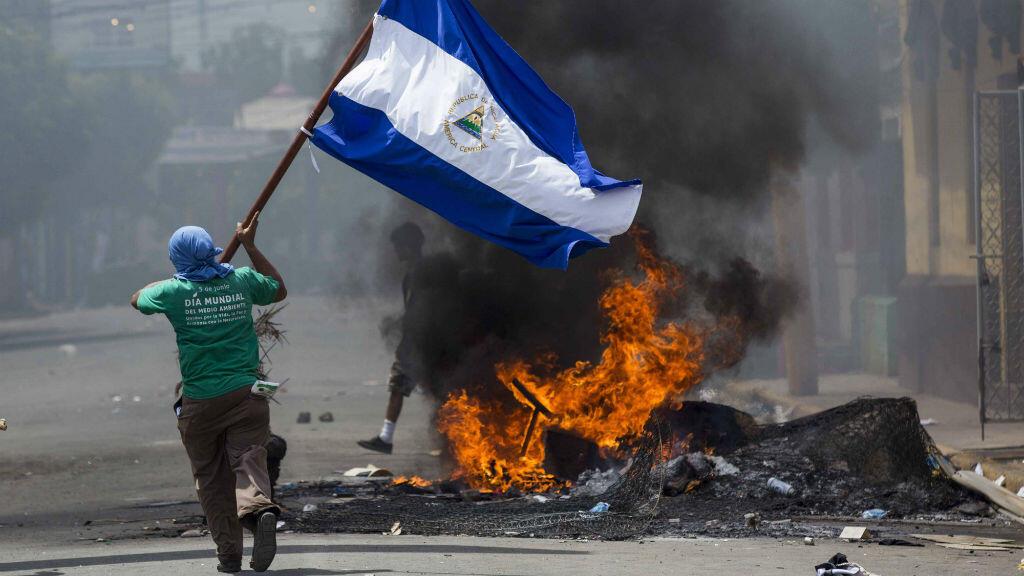 Manifestante lleva la bandera de Nicaragua durante protesta en la ciudad de Masaya. 12 de mayo de 2018.