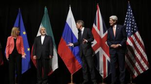 De gauche à droite : l'Italienne F. Mogherini , l'Iranien  M. J. Zarif, le Britannique Philip Hammond, et l'Américain John Kerry à Vienne, le 14 juillet 2015.