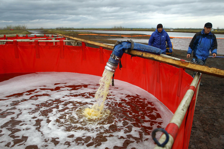 Empleados del monopolio estatal ruso de oleoductos Transneft participan en la operación de limpieza después del masivo derrame de combustible en el río Ambarnaya.