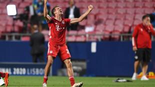 مهاجم بايرن ميونيخ الالماني توماس مولر يحتفل بعد الفوز بلقب دوري ابطال اوروبا، لشبونة في 23 اب/اغسطس 2020
