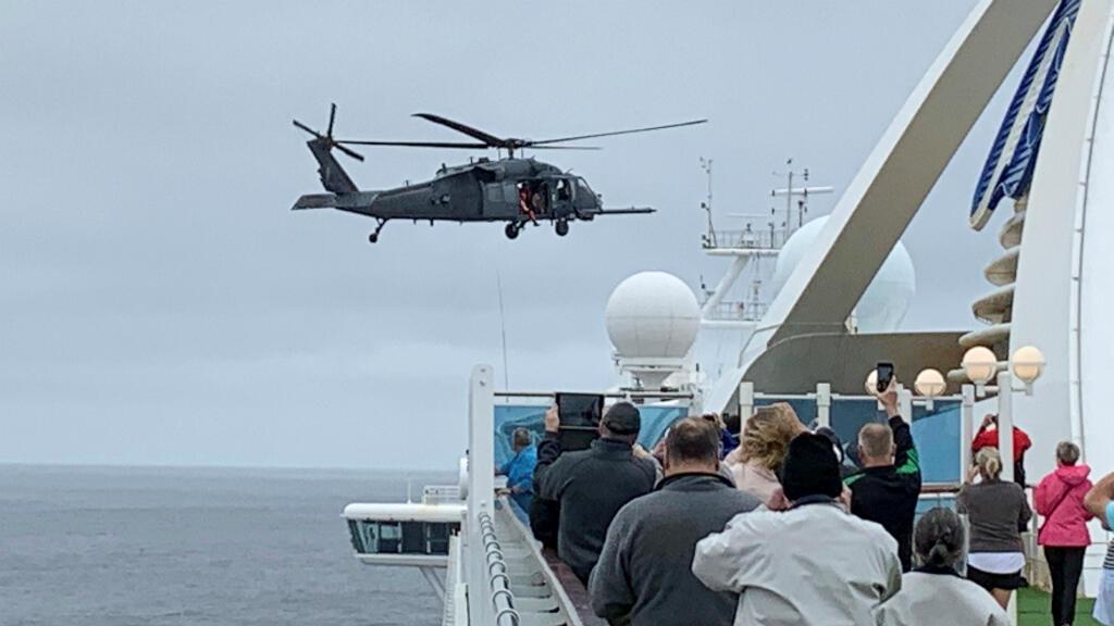 Los pasajeros del crucero Grand Princess reciben kits de prueba de Covid-19 desde un helicóptero del Ejército de EE. UU. en la costa de California el 5 de marzo de 2020.