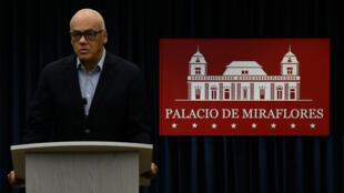 El ministro de Comunicación de Venezuela, Jorge Rodríguez, hizo el anuncio sobre la petición del código rojo en contra del diputado, Julio Borges, el 10 de agosto de 2018.