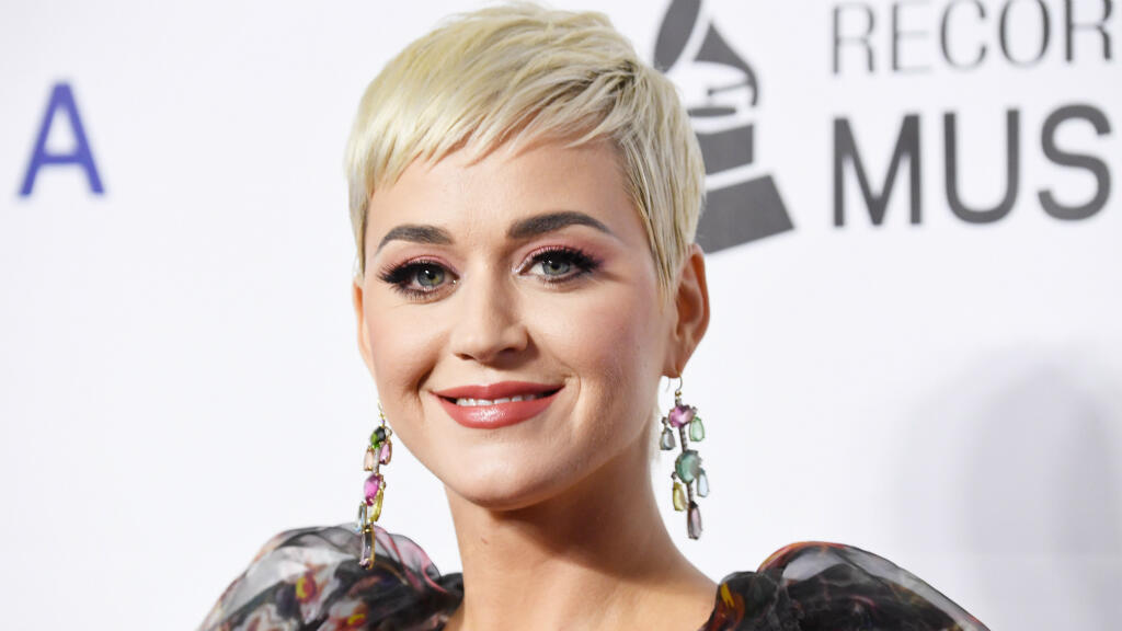 """La chanteuse Katy Perry, accusée d'avoir mis en vente des chaussures ressemblant à un """"blackface""""."""