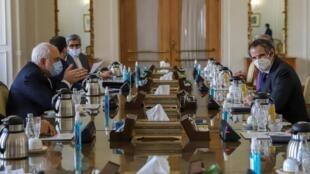 El ministro de Relaciones Exteriores de Irán, Mohamed Javad Zarif, se reúne con el director general del Organismo Internacional de Energía Atómica (OIEA), Rafael Grossi, en Teherán, Irán, el 21 de febrero de 2021.